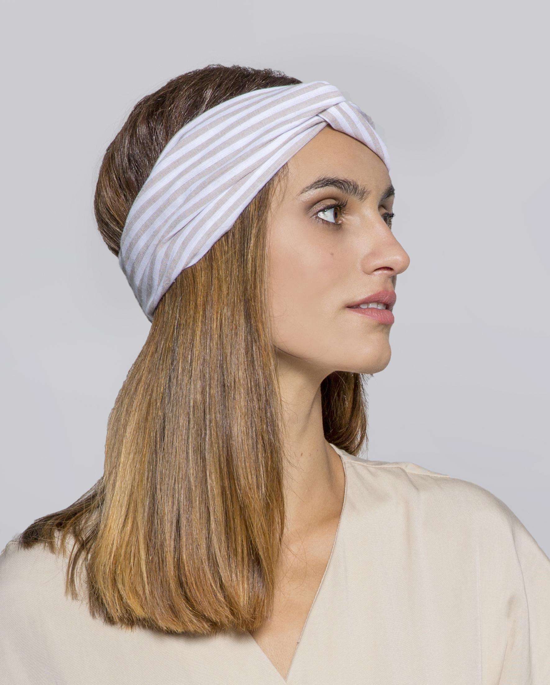 Turbante de lino con rayas en beige