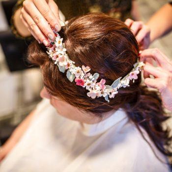 Tania y su tiara de flores de porcelana